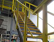 Samling af en konstruktion med fiber profiler og trappetrin i fiberrist